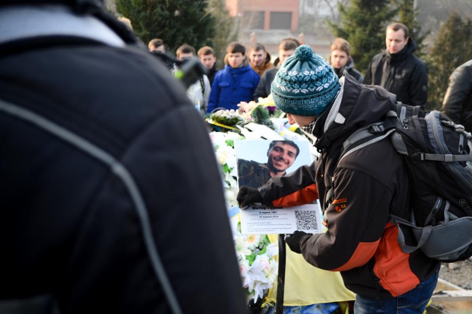 На могилі Гарта, яикй загинув у боротьбі за Україну